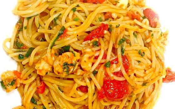 Spaghetti con langostinos y tomates cherry