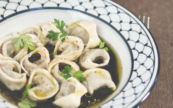 Tortelli de pavita y espinaca en caldo verde