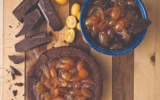 Cake de chocolate y quinotos en almíbar
